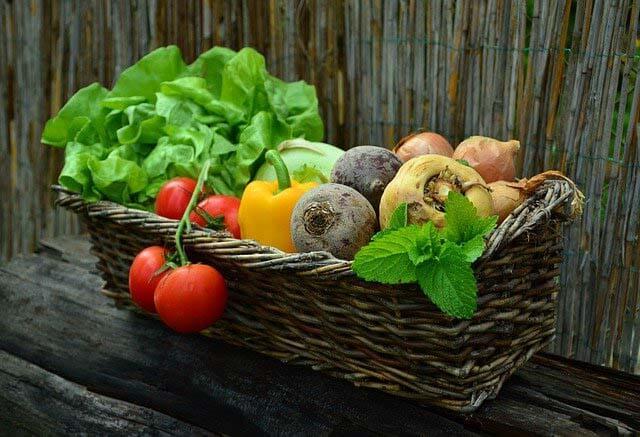 photo avec un panier content quelques légumes