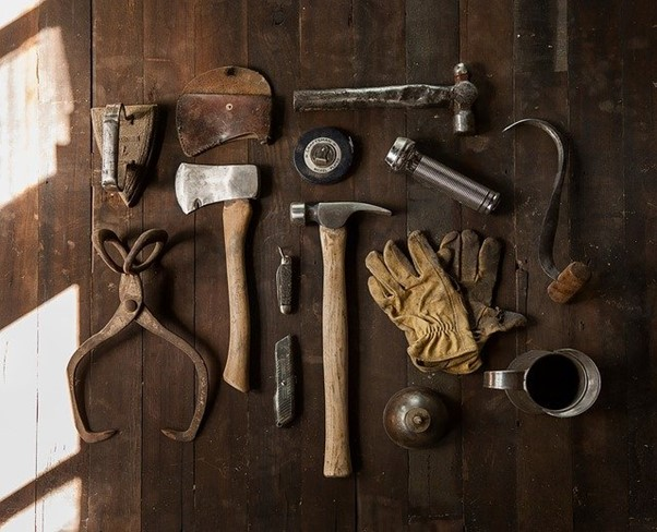 Image d'un décoration murale avec des vieux outils