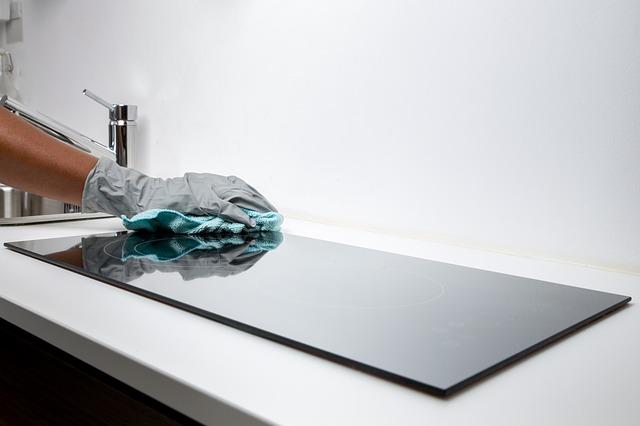 Image d'une personne qui nettoie sa cuisine