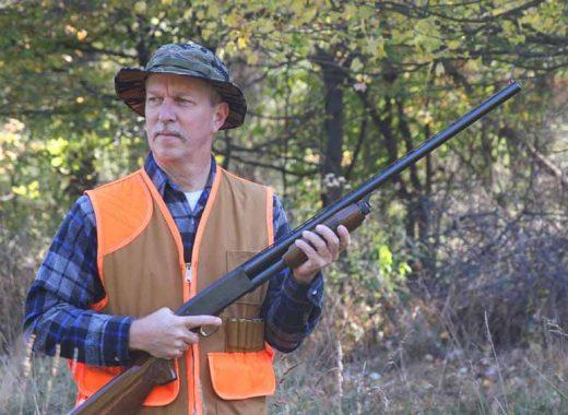 un chasseur avec son fusils à la main